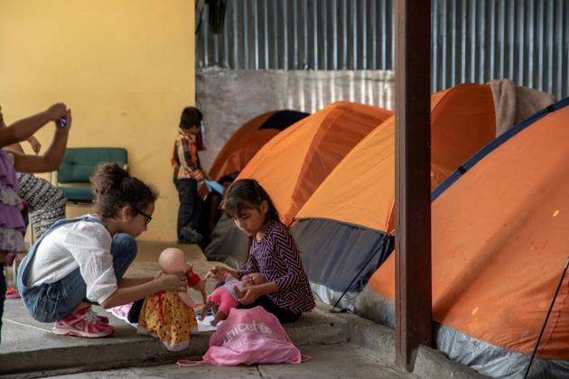 Des enfants migrants dans un abri du côté mexicain de la frontière avec les Etats-Unis [Eduardo Jaramillo Castro / AFP]