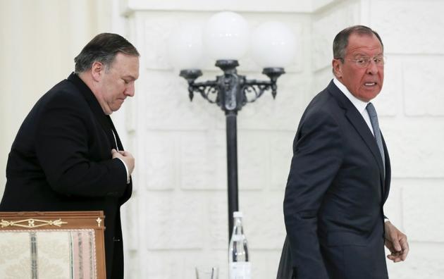 Le ministre russe des Affaires étrangères Sergueï Lavrov et le secrétaire d'Etat américain Mike Pompeo quittent la conférence de presse commune qu'ils ont tenue après leur rencontre à Sotchi (Russie) le 14 mai 2019. [Pavel Golovkin / POOL/AFP]