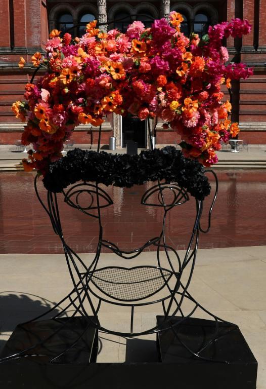 """""""Frida Kahlo en fleurs"""" du fleuriste Philippa Craddock dans le cadre de l'exposition consacrée à l'artiste mexicaine au Victoria & Albert Museum de Londres, le 13 juin 2018 [Daniel LEAL-OLIVAS / AFP]"""