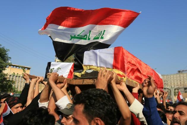 Des Irakiens portent le cercueil d'un manifestant tué près du consulat iranien de Kerbala, dans le sud de l'Irak, le 4 novembre 2019 [Mohammed SAWAF / AFP]