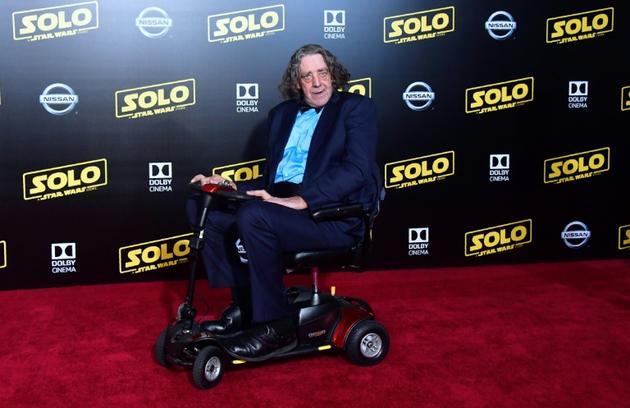 """L'acteur Peter Mayhew le 10 mai 2018 à son arrivée pour la présentation du film """"Solo: A Star Wars Story"""" à Hollywood. En raison de ses problèmes de santé, l'acteur avait pris sa retraite et cédé le rôle à un remplaçant après 2015. [Frederic J. BROWN / AFP/Archives]"""