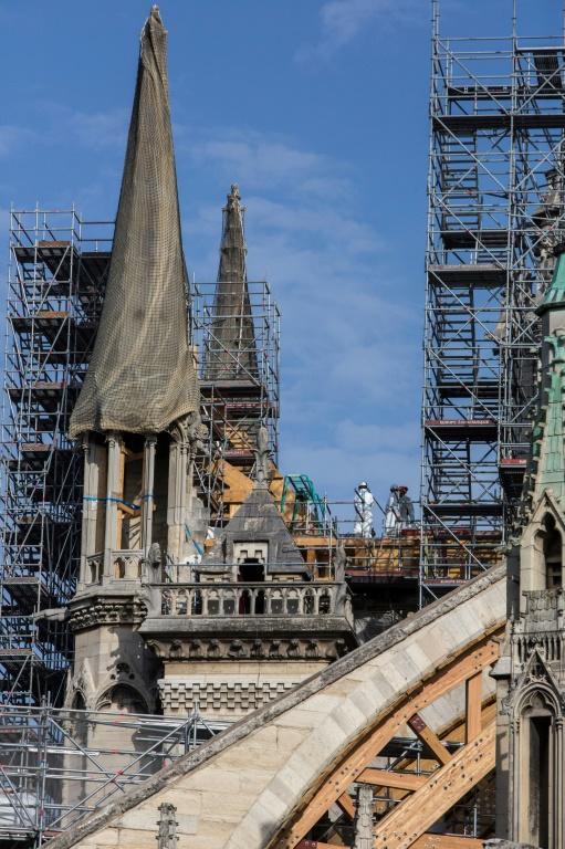 Des ouvriers travaillent sur le chantier de reconstruction de Notre-Dame de Paris, le 24 juillet 2019 [Rafael Yaghobzadeh / POOL/AFP/Archives]