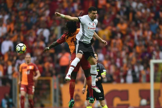 Pepe, alors au Besiktas Istanbul (blanc) à la lutte avec l'attaquant de Galatasaray Bafetimbi Gomis, le 29 avril 2018 à Istanbul [OZAN KOSE / AFP/Archives]