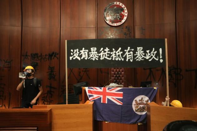 Le drapeau colonial britannique déployé à la tribune du Parlement de Hong Kong par des manifestants, le 1er juillet 2019<br />  [VIVEK PRAKASH / AFP/Archives]