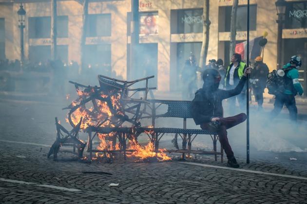 """Au cours de la manifestation des """"gilets jaunes"""", sur les Champs Elysées, à Paris, le 16 mars 2019 [Zakaria ABDELKAFI / AFP]"""
