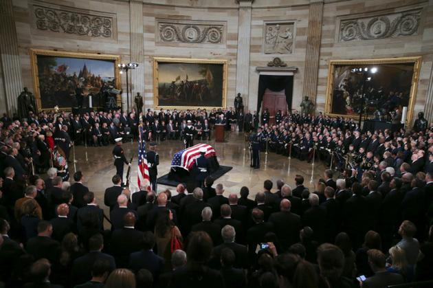 Le cercueil de George Herbert Walker Bush, 41e président des Etats-Unis décédé vendredi à 94 ans, sous la coupole du Capitole à Washington, le 3 décembre 2018 [Alex Edelman / AFP]