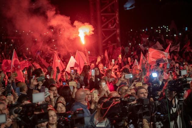 Des partisans d'Ekrem Imamoglu, le maire d'Istanbul déchu de son mandat, réunis après l'annulation controversée de sa victoire aux municipales, le 6 mai 2019 à Istanbul [Bulent Kilic / AFP/Archives]