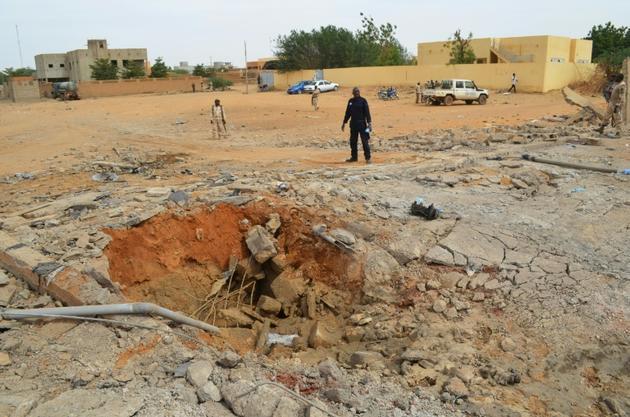 Un cratère creusé par l'explosion d'une voiture piégée qui a fait trois morts, photographié le 13 novembre 2018 à Gao, dans le nord du Mali [STR / AFP]