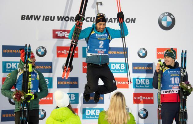 Le Français Martin Fourcade (c) remporte la poursuite lors du biathlon d'Hochfilzen le 15 décembre 2018  [JOE KLAMAR / AFP]