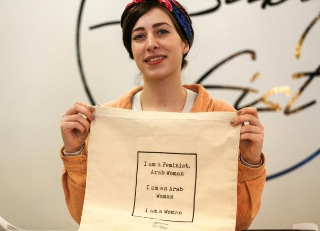 """Amira Khader, directrice de la création de la marque """"BabyFist"""", pose avec un sac de sa création dans la boutique de Ramallah, le 19 décembre 2018 [ABBAS MOMANI / AFP]"""