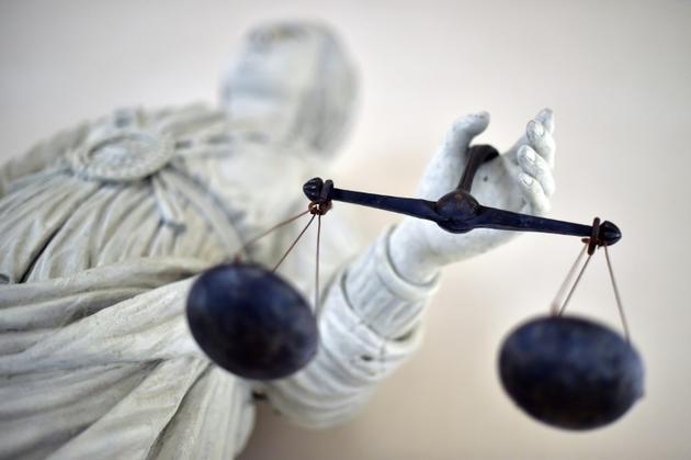 Ces cours criminelles jugeront principalement les viols et les vols à main armée, soit environ 57% des affaires jugées aux assises. Expérimentées pendant trois ans dans sept départements, elles visent à répondre à l'engorgement chronique des cours d'assises et à raccourcir les délais de jugement [LOIC VENANCE / AFP/Archives]