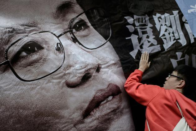 Un portrait de Liu Xua sur une banderole lors d'une manifestation de soutien en sa faveur à Hong Kong, le 7 mars 2014 [Philippe LOPEZ / AFP/Archives]