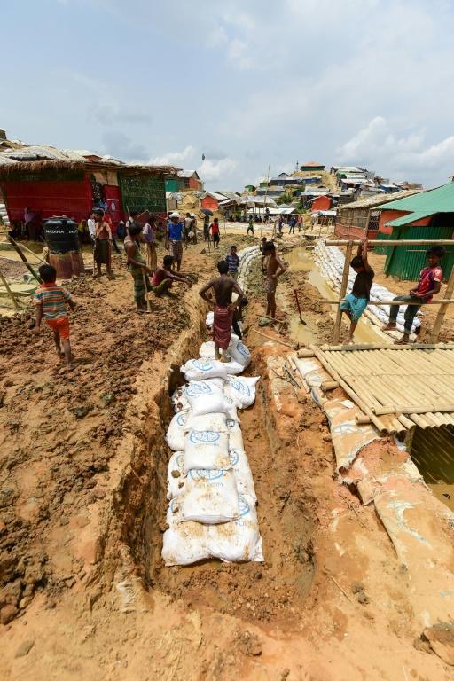 Des réfugiés rohingyas creusent des canaux avant l'arrivée de la mousson, le 8 mai 2018 dans le camp de Kutupalong, au Bangladesh [Munir UZ ZAMAN / AFP]
