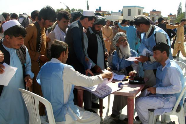 Des Afghans attendent pour voter lors des législatives, le 20 octobre 2018 à Khost [FARID ZAHIR / AFP]