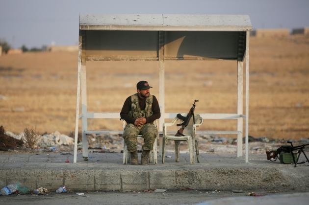 Un combattant syrien proturc assis dans une rue de la ville d'Aïn al-Arous, dans le nord syrien, le 18 octobre 2019 [Bakr ALKASEM / AFP]