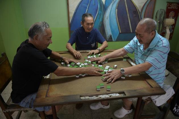 Des descendants de Chinois jouent au mah-jong dans un foyer de retraités à La Havane, le 15 février 2019 à Cuba [Yamil LAGE / AFP]
