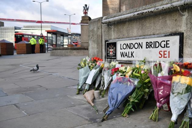 Des fleurs sont déposées en hommage aux victimes de l'attentat de London Bridge, à Londres le 1er décembre 2019 [Ben STANSALL / AFP]