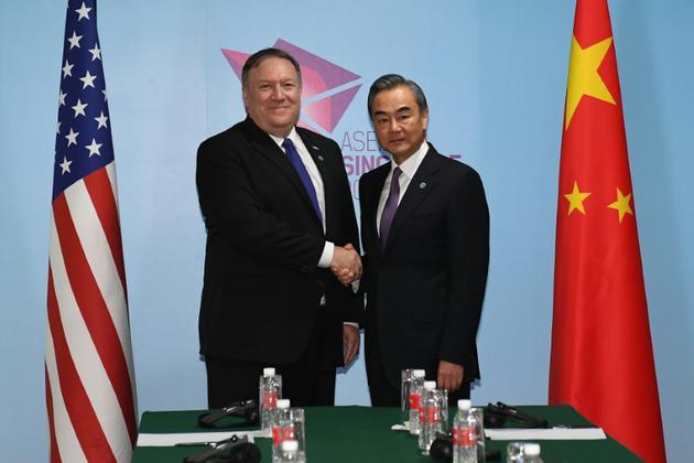 Le secrétaire d'Etat américain Mike Pompeo (g) et le ministre chinois des Affaires étrangères Wang Yi (d) lors du sommet de l'Asean, le 4 août 2018 à Singapour [MOHD RASFAN / POOL/AFP]