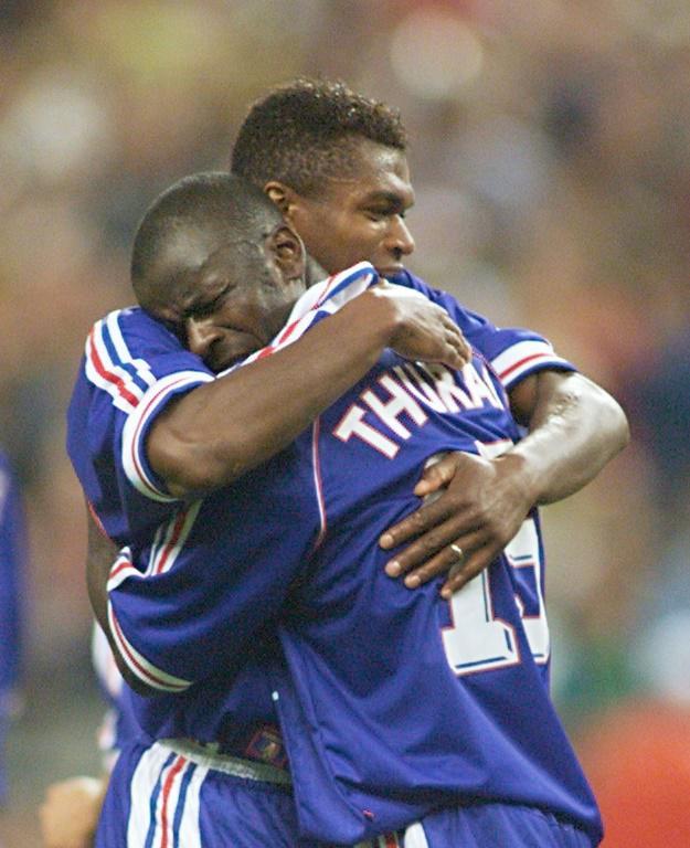 Liliam Thuram (D)dans les bras de Marcel Desailly après avoir marqué, au Stade de Saint-Denis, le 8 juillet 1998<br />CUP-FR98-FRA-CRO-THURAM-DESAILLY [GABRIEL BOUYS / AFP/Archives]