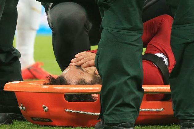 Mohamed Salah, l'attaquant star de Liverpool, est évacué sur civière lors du match contre Newcastle, le 4 mai 2019 à Newcastle-upon-Tyne [Lindsey PARNABY / AFP]