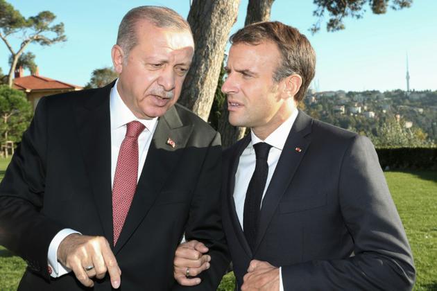 Le président français Emmanuel Macron (à droite) parle avec son homologue turc Recep Tayyip Erdogan le 27 octobre 2018 à Istanbul<br /> [Kayhan OZER / POOL/AFP]