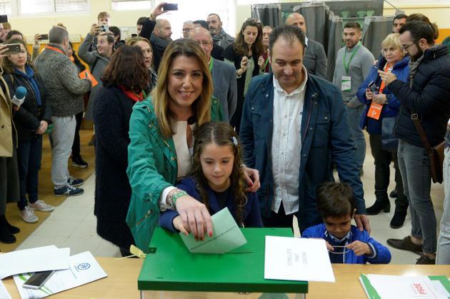 Susana Diaz, candidate du PSOE, vote en famille aux élections régionales en Andalousie, le 2 décembre 2018 à Séville [CRISTINA QUICLER / AFP]