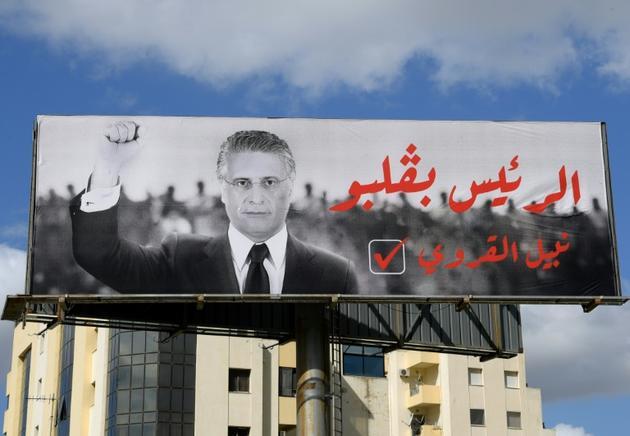 Une affiche électorale en faveur du candidat Nabil Karoui à Tunis, le 9 octobre 2019 [FETHI BELAID / AFP]
