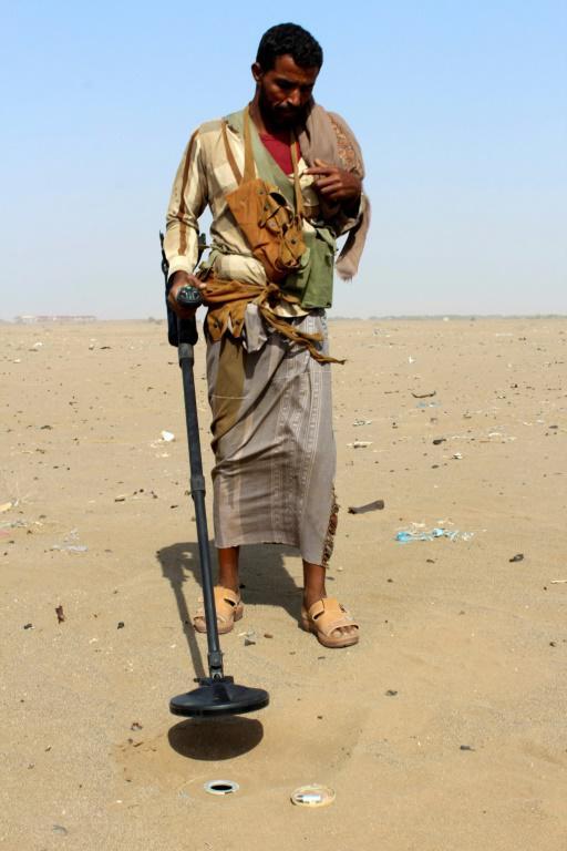 Un membre des forces yéménites progouvernementales utilise un détecteur pour chercher des mines, dans la banlieue est de Hodeida, le 14 novembre 2018 [Saleh Al-OBEIDI / AFP]
