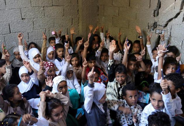 Photo d'une classe d'écoliers yéménites dans une maison transformée en école à Taëz, dans le sud-ouest du pays, le 3 octobre 2018 [Ahmad AL-BASHA / AFP]