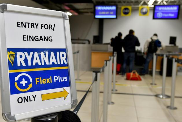 Des passagers au comptoir de la compagnie low-cost irlandaise Ryanair à l'aéroport de Berlin-Schoenefeld, le 22 décembre 2017  [Bernd Settnik / dpa/AFP/Archives]