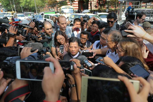 Than Zaw Aung (c) l'avocat des journalistes de Reuters emprisonnés Wa Lone et Kyaw Soe Oo fait une déclaration à la presse, le 11 janvier 2019 à Rangoun [Sai Aung MAIN / AFP]