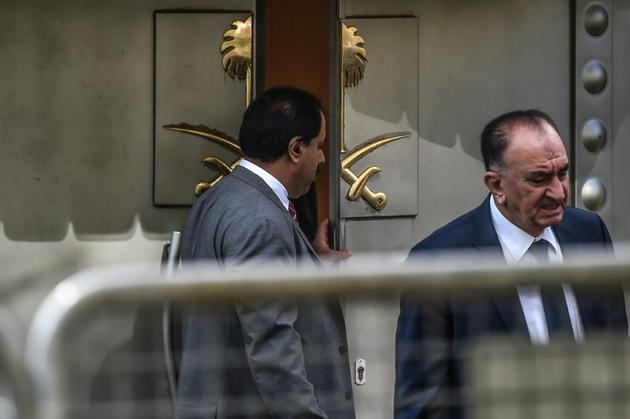 Un Saoudien ouvre la porte du consulat d'Arabie saoudite à Istanbul le 9 octobre 2018. [OZAN KOSE / AFP]