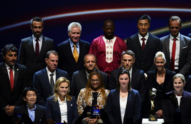 L'entraîneure des Bleues Corinne Diacre (au centre à droite) lors du tirage au sort du Mondial dames 2019 à Boulogne-Billancourt le 8 décembre 2018 [ANNE-CHRISTINE POUJOULAT / AFP]