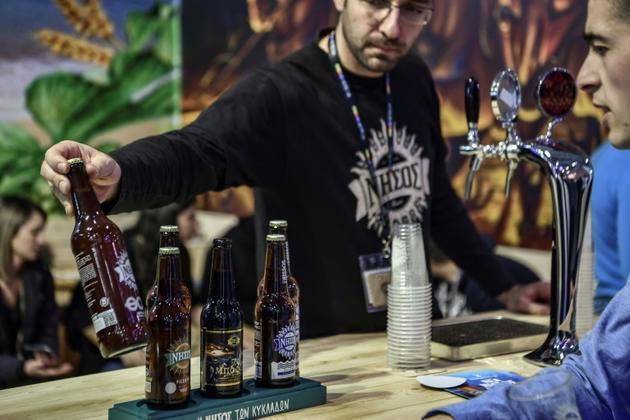 Dégustation de différents types de bières près d'Athènes, le 8 février 2019 [ARIS MESSINIS / AFP]