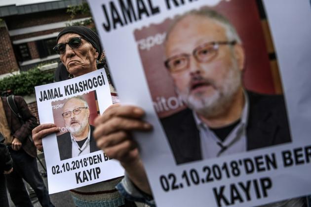 Des manifestants brandissent des portraits du journaliste Jamal Khashoggi devant le consulat saoudien à Istanbul, le 9 octobre 2018 [OZAN KOSE / AFP/Archives]