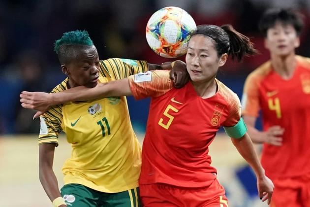 La Chinoise Haiyan Wu (d) à la lutte avec la Sud-Africaine Thembi Kgatlana au Mondial féminin, le 13 juin 2019 au Parc des Princes  [Lionel BONAVENTURE / AFP]