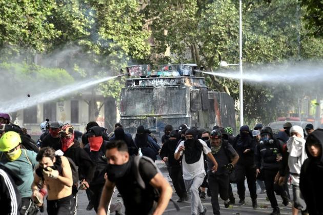La police emploie des canons à eau contre des manifestants à Santiago du Chili, le 4 novembre 2019 [Martin BERNETTI                      / AFP]