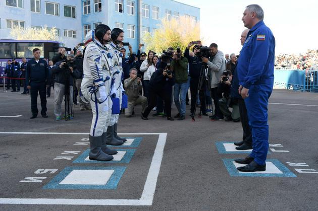L'astronaute américain Nick Hague et le cosmonaute russe Alexeï Ovtchinine avant leur embarquement à bord du Soyouz MS-10 au cosmodrome de Baïkonour le 11 octobre 2018. [Kirill KUDRYAVTSEV / AFP]