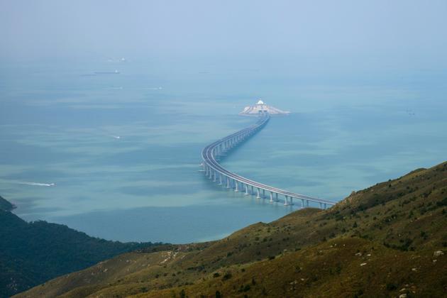 Une section du pont vue depuis l'île de Lantau à Hong Kong, le 7 octobre 2018 [ANTHONY WALLACE / AFP/Archives]