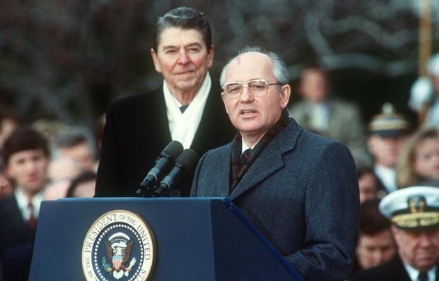 Le président américain Ronald Reagan et le dirigeant soviétique Mikhaïl Gorbatchev lors d'un sommet sur l'armement nucléaire, le 8 décembre 1987 à Washington [JEROME DELAY / AFP/Archives]