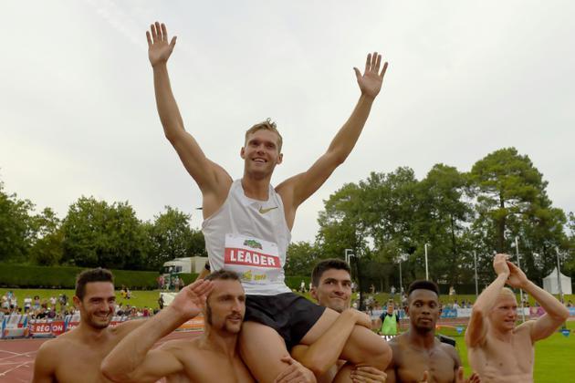 Kévin Mayer porté en triomphe par ses adversaires après avoir explosé le record du monde de décathlon à Talence, près de Bordeaux,le 16 septembre 2018  [NICOLAS TUCAT / AFP]