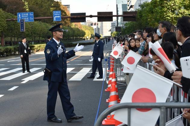 Des miliers de spectateurs se sont pressés sur le parcours de la parade royale, le 10 novembre 2019 à Tokyo [Kazuhiro NOGI / AFP]