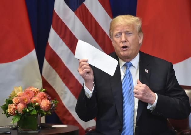 Le président américain montre une lettre envoyée par le leader nord-coréen Kim Jong Un, le 26 septembre 2018 en marge de l'Assemblée des Nations Unies à New York [Nicholas Kamm / AFP/Archives]