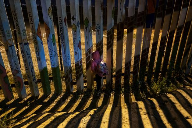 Une fillette du Honduras observe la frontière entre le Mexique et les Etats-Unis à Playas de Tijuana, dans l'Etat de Baja California au Mexique, le 2 décembre 2018 [Guillermo Arias / AFP/Archives]