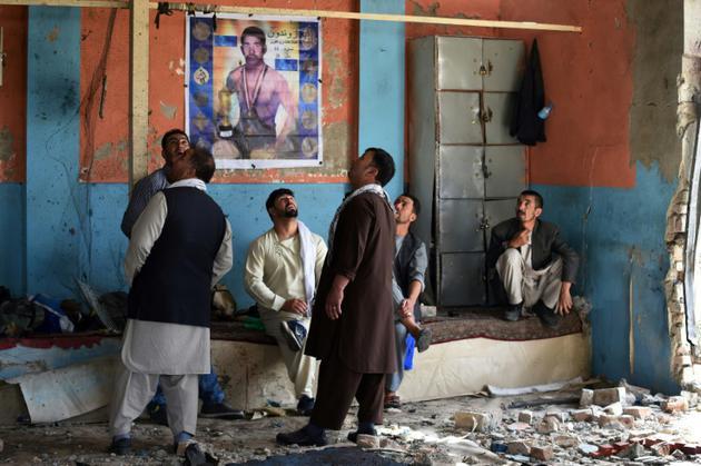Des Afghans inspectent les lieux d'un attentat à Kaboul, le 6 septembre 2018 [WAKIL KOHSAR / AFP]