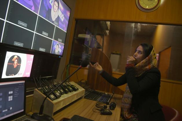 La journaliste afghane Salma Sakhi, dans la salle de régie de la chaîne Zan TV, le 18 février 2019 à Kaboul [WAKIL KOHSAR / AFP]
