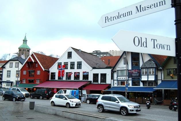 Un panneau indique la direction du musée du pétrole, à Stavanger, le 12 novembre 2015 [Pierre-Henry DESHAYES / AFP/Archives]