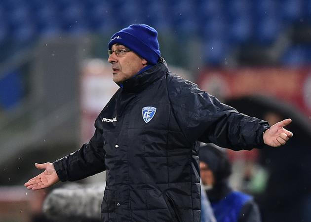 L'Italien Maurizio Sarri, alors entraîneur d'Empoli, donne des instructions lors du match de Serie A contre l'AS Rome, le 31 janvier 2015 à Rome [GABRIEL BOUYS / AFP/Archives]