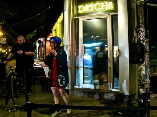 Une femme sort de la discothèque Datcha, le 28 juin 2019 à Montréal, au Québec [Louis BAUDOIN / AFP Photo]