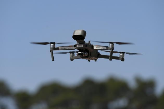 Un drone de la police municipale survole la plage de Lloret de Mar, le 22 juin 2020 en Espagne [Josep LAGO / AFP]